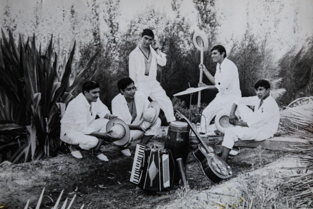 """""""Los Pescadores de Colombia"""" con Koli Arce (el segundo desde la izquierda)"""