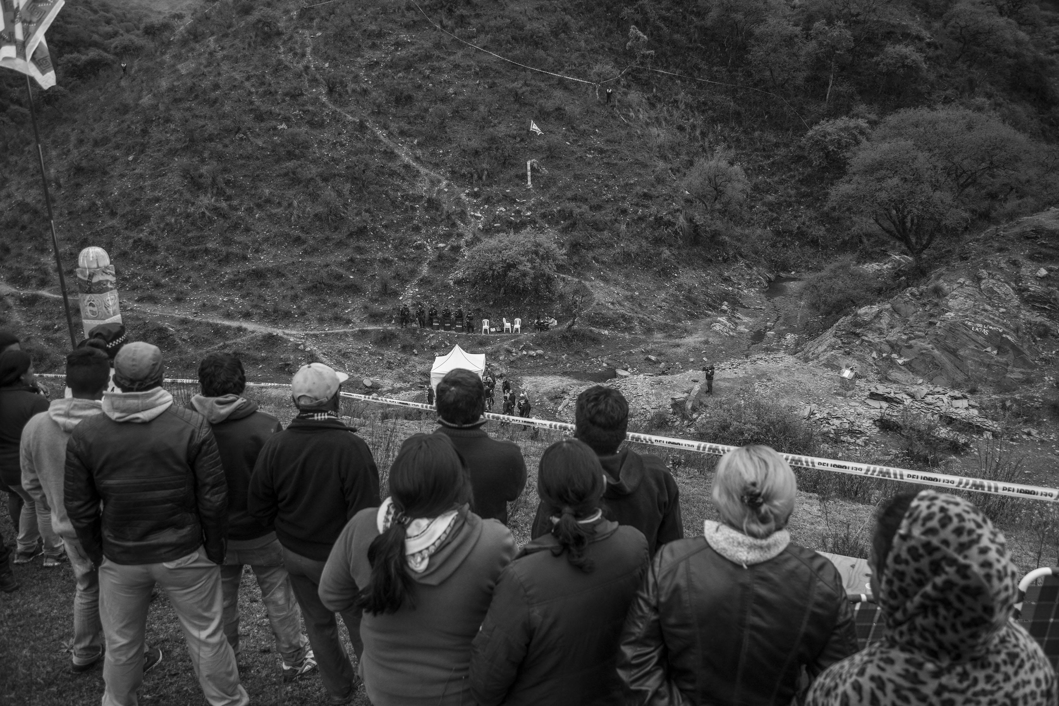 El Chorro, Tucumán, Argentina. Octubre 02/2018. Reconstrucción del asesinato a Javier Chocobar. Integrantes de la Comunidad Indígena Los Chuschagasta observan el lugar donde se realiza la reconstrucción.