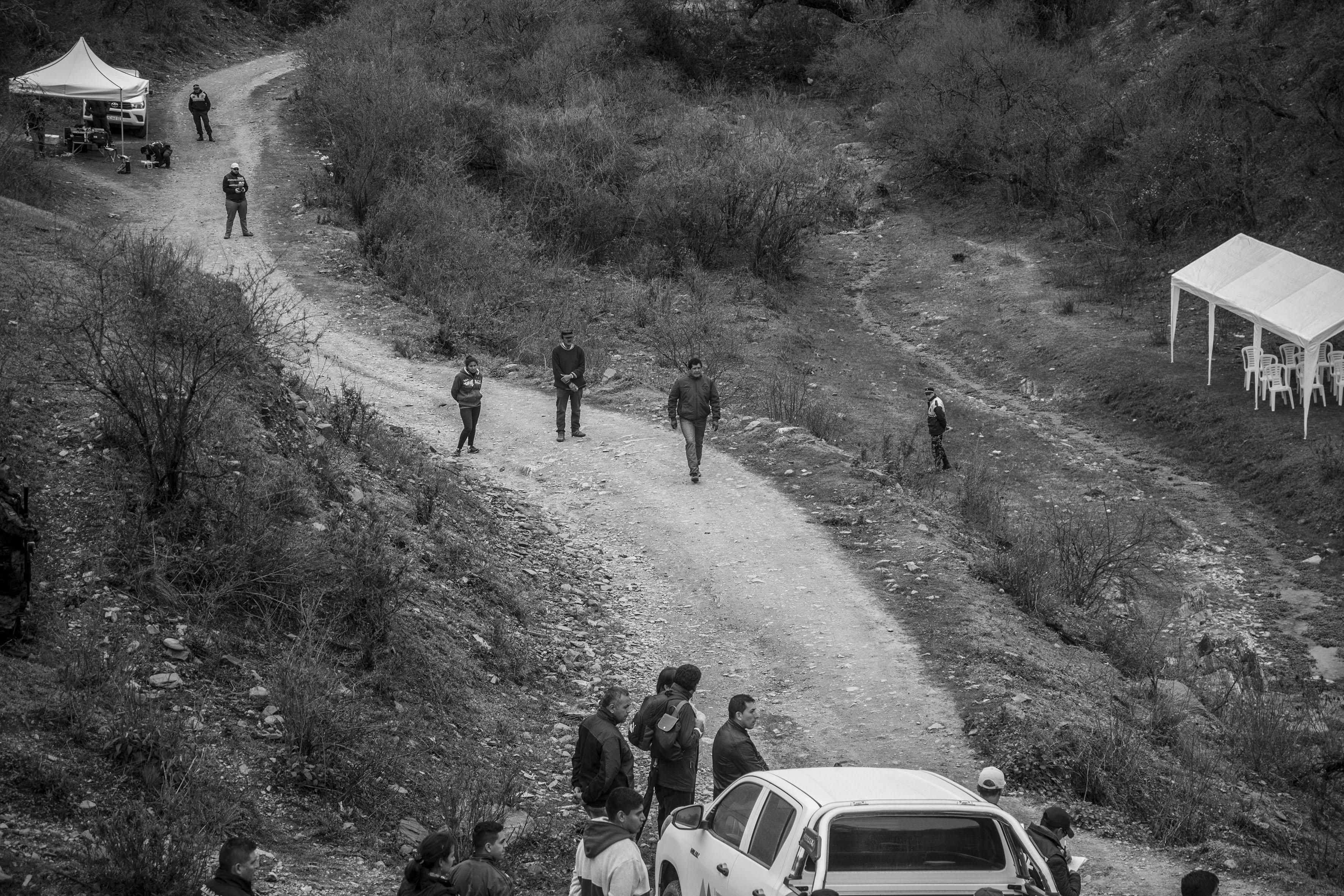 El Chorro, Tucumán, Argentina. Octubre 02/2018. Reconstrucción del asesinato a Javier Chocobar. Testigos Lucrecia Cata (izq), Delfín Cata y Emilio mamaní, se preparan para empezar la reconstrucción.